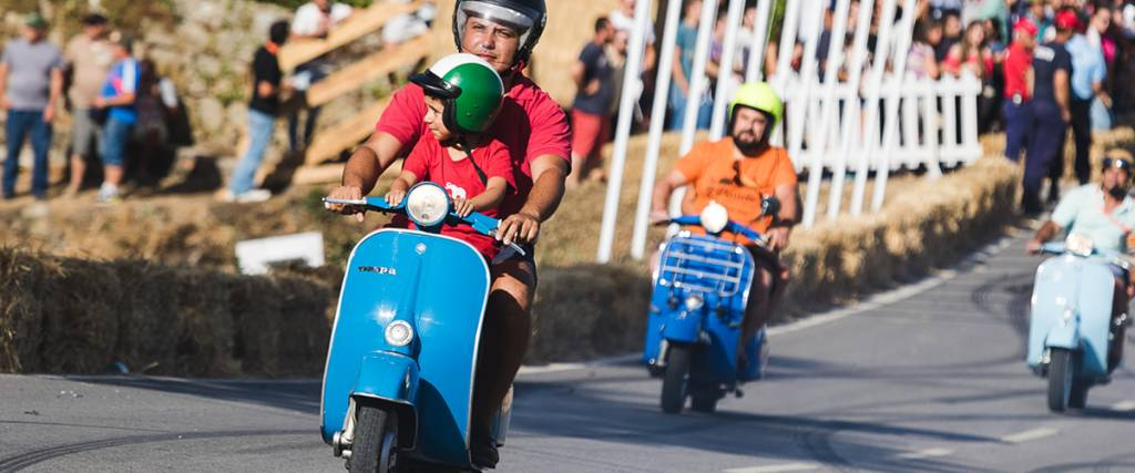 Concentração e desfile de Vespas no Caramulo Motorfestival